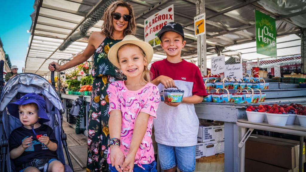 Emilie et les enfants au farmer's market